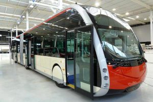 El primer dels quatre autobusos elèctrics a la fàbrica d'Irizar a Aduna, Guipúscoa / Foto: TMB